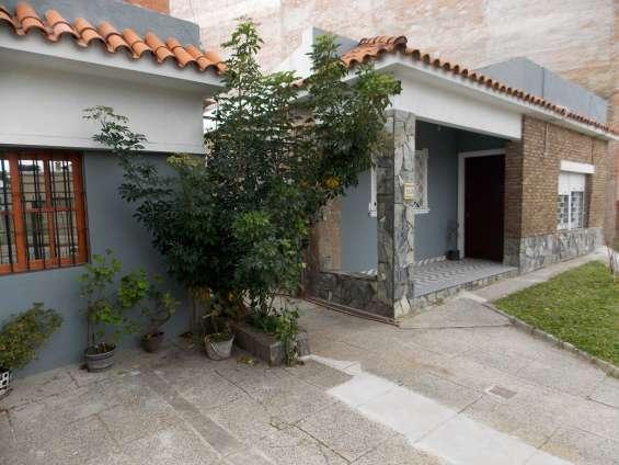 Casa buceo 2 dormitorios, garage y jardin. 2 baños